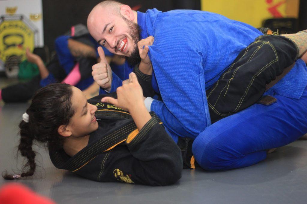 Combattant et combattante de Jiu-jitsu heureux