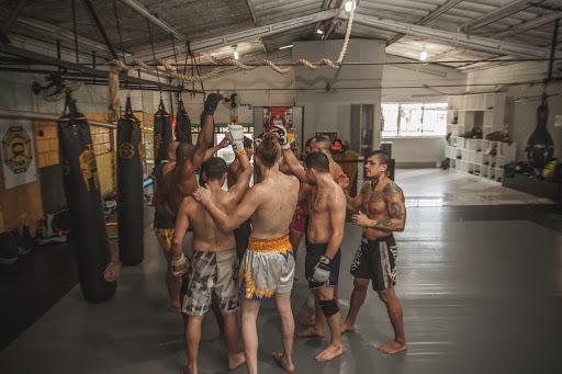 Combattants de MMA ensemble pour le crie de guerre