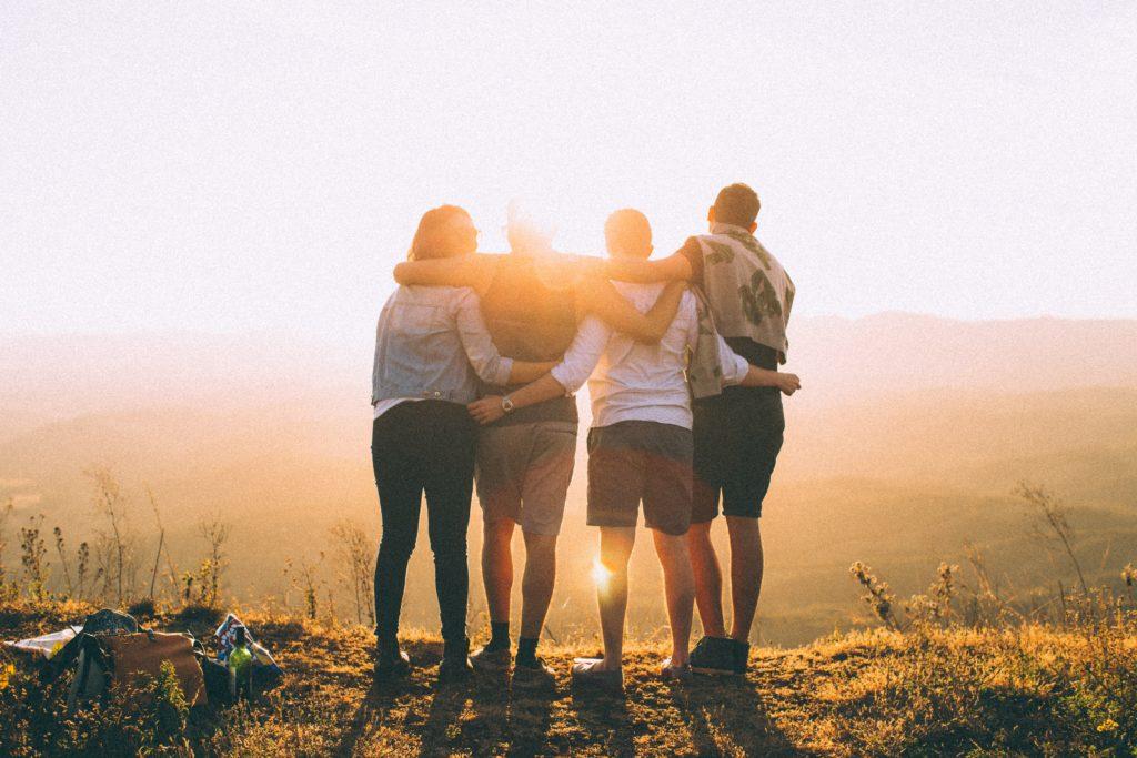 Groupe d'amis au coucher du soleil